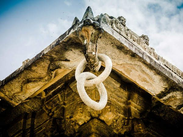 There is a unique feature to the carvings on the walls of Vaidyeshwara Temple. There are two rings interlinked with no partition or ends that adorn a five-headed snake. There's also a stone vessel that looks as though it were made with the aids of the best technology in place today but was actually hand-made by the sheer talent and labour of the sculptors. People are often dumbfounded witnessing the beauty of it all...