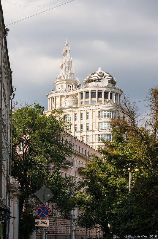 Патриаршие пруды  -  элитный  дом  на  28  квартир,  построенный  во  времена  Юрия  Лужкова.  Москва.