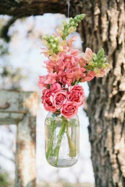 Que tal aproveitar o clima do verão e pendurar vasinhos de flores naquela festa ao ar livre?