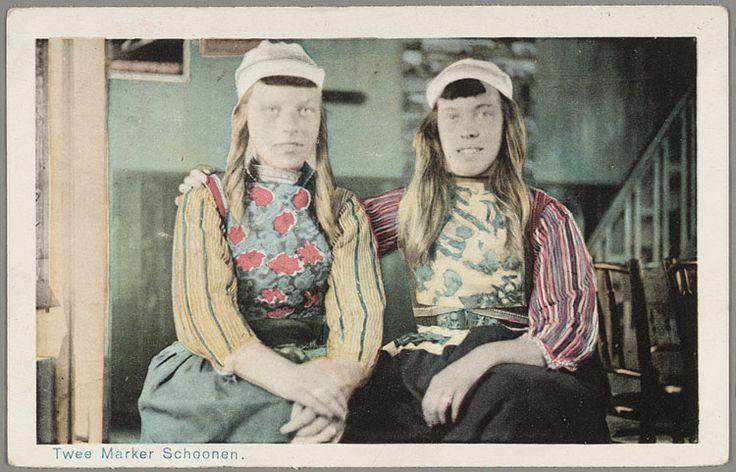Twee vrouwen in klederdracht poseren in een interieur. 1920-1940 #NoordHolland #Marken