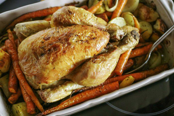 Hoewel deze kip een uurtje in de oven moet, vind ik het toch een haalbaar recept voor een doordeweekse dag. Of maak dit klaar op een luie weekenddag. Het voordeel? Je hebt maar 1 pot nodig en eenmaal je groenten gekuist, heb je hier helmaal geen omkijken meer naar. Gebruik bij voorkeur wel een kerntemperatuurmeter