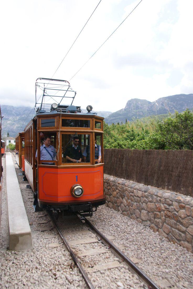 """Tram-en treinreis (in de """"rode bliksem"""") van Port de Sóller naar Sóller en dan verder naar Palma"""