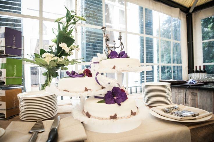 Bruidstaart met metalen bruidspaar topper en paarse orchideeen