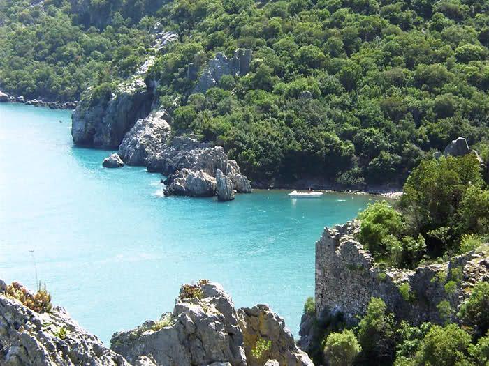 Ülkemizdeki Milli Parklar ,bol görselli,Antalya - Beydağları Sahil Milli Parkı   Yeri: Antalya ili    Ulaşım: Milli Park Antalya-Kemer-Kumluca Devlet Karayolu kısmen sahilden, kısmen de içeriden boydan boya kateder.Bu yol, Mersin-Antalya-Muğla sahil yolunun bir parçasıdır.