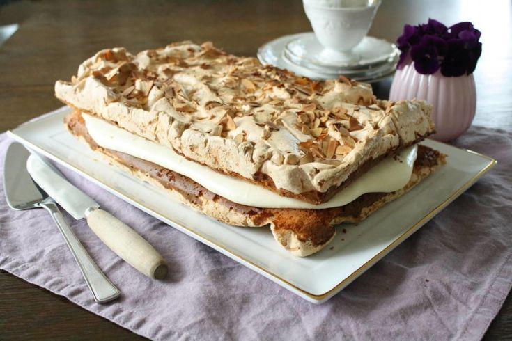 Denne kaken går for å være Norges nasjonalkake og er ofte å finne på et typisk norsk kakebord enten det er bursdag, bryllup eller konfirmasjon.    Kaken består av knasende sprø marengs og saftig formkake og er fylt med en silkemyk vaniljekrem blandet med bløtpisket krem. Den er ikke vanskelig å lage, men sørg for å ha en helt ren bakebolle og visp når du skal piske eggehvite og sukker.     Fett ødelegger all marengs, så pass på at eggehvitene er uten rester av eggeplomme. For å få en fin og…