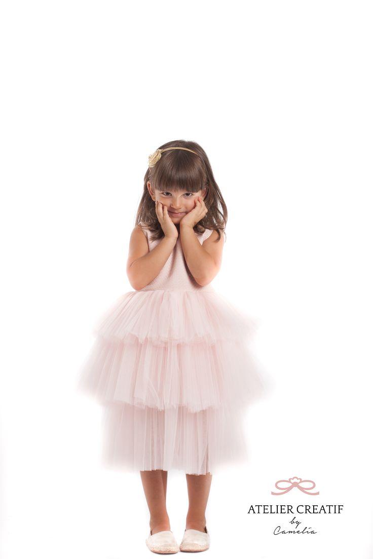 """Rochie Queen of the ball, Brocart-ul și tull-ul fac din acest model o bijuterie care va îmbrăca numai reginele balurilor, iubite și invidiate în același timp de invițati, fotografi, cofetari și alți """"supuși"""" ai magiei celor mai spectaculoase petreceri.  Queen of the Ball este rochia ce va cere să fie imortalizată în albumul de familie pentru bucuria pe care o va aduce de fiecare dată când este purtată."""
