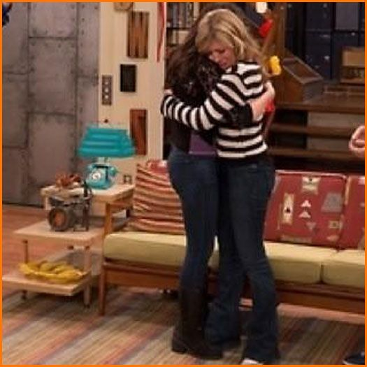 "Miranda Cosgrove And Jennette McCurdy Hug Goodbye On ""iCarly"""