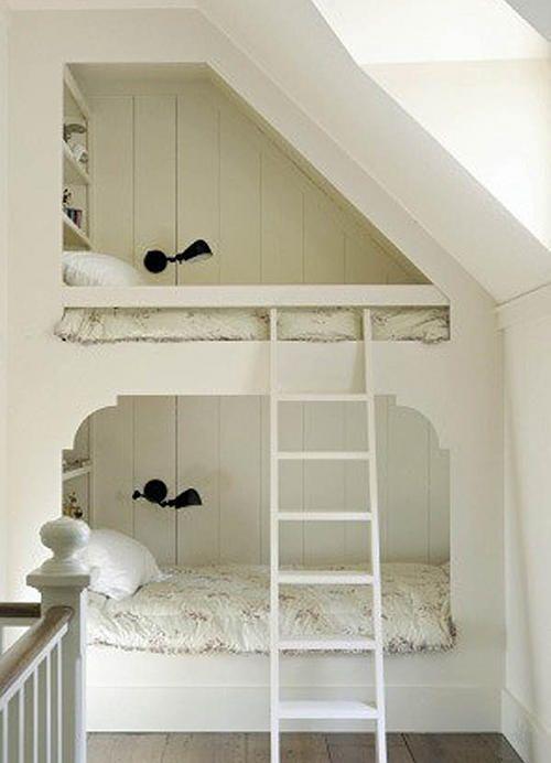 Piętrowe łóżko dziecięce na poddaszu