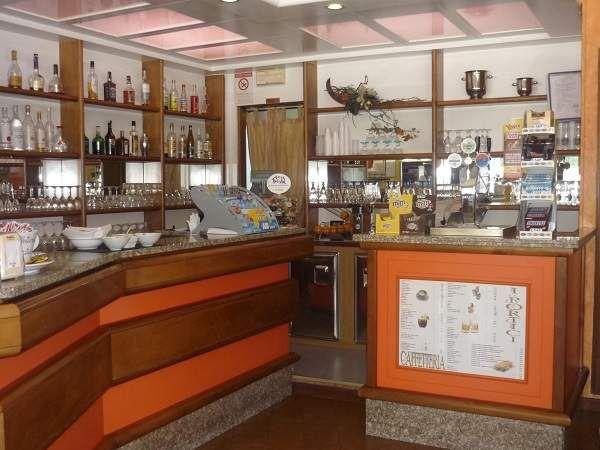 Bar caffetteria tavola fredda su strada di grande passaggio