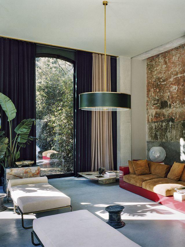 Marbre et béton, laque et laiton… l'architecte designer Vincenzo De Cotiis a réhabilité un ancien hangar à bateaux pour en faire une maison de vacances. Sous le signe du brutalisme et de la sophistication.