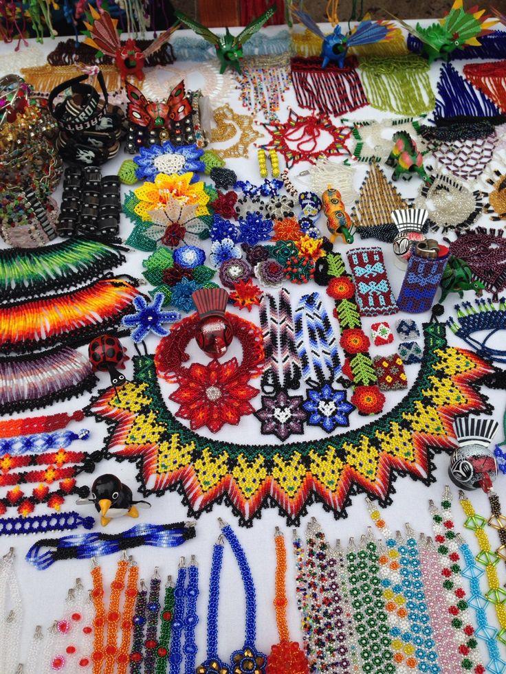 artesanía elaborada con chaquira, por Huicholes.