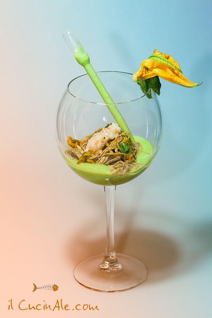 Tagliolini saraceni con fiori di zucca e scampi su crema di zucchine
