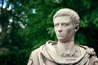 Calígula: Esqueça a imagem do tirano pervertido e insano. O imperador era, sim, um hábil populista. Acontece que a sua história foi escrita pelos inimigos
