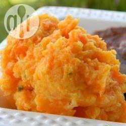 Püree aus Karotten und Pastinaken / Ein cremiges Gemüsepüree, das gut als Beilage zu Braten oder Geflügel passt. Man kann es einen halben Tag vorher zubereiten und dann bei niedriger Flamme unter ständigem Rühren erhitzen. @ de.allrecipes.com