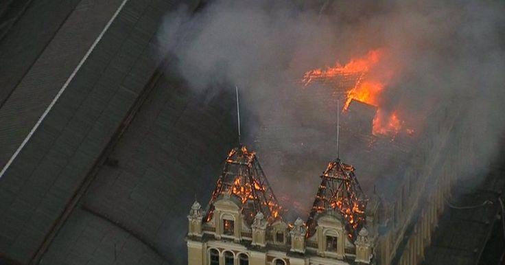 21/12/2015 16h30 - Atualizado em 21/12/2015 22h02 Incêndio atinge Museu da Língua Portuguesa em São Paulo Uma pessoa que trabalhava como bombeiro do museu morreu. Chamas tomaram conta dos três andares e da cobertura.