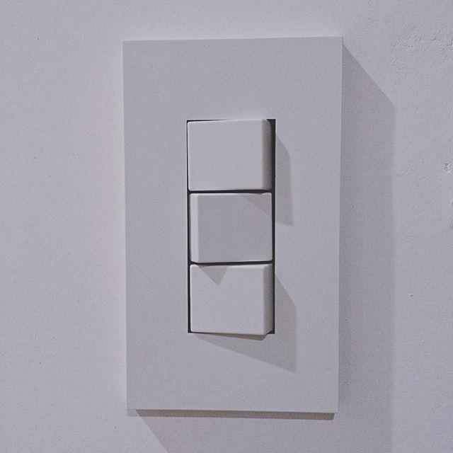 2015.09.27 お家に照明がついたよ~ 明るいっ!! 照明スイッチは絶対コレ!と決めてた ……どのスイッチがどの照明なのか覚えるまで大変だけど(笑) カーテンがまだだから照明つけたら家の中まる見えはずかしい #JIMBO #神保電器 #NKシリーズ #マイホーム #着工126日目 #漆喰壁 #スイッチ #照明