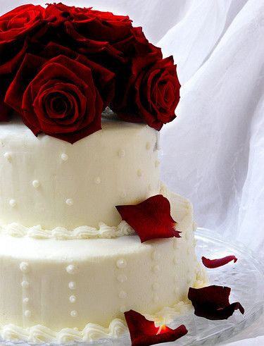 Classic white and red rose wedding cake by Sugar Daze Wedding Cakes and Cupcakes Paris - The Amour List
