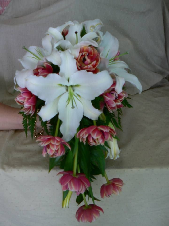White oriental lilies combined with coral peony tulips create this stunning teardrop