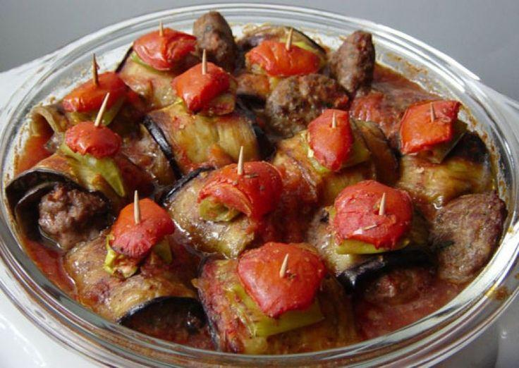 Canı kebap isteyenlerin gönlünü fethedecek bir yemek tarifimiz var: Patlıcanlı köfte. Evde yapılabilecek en güzel, en havalı ve en lezzetli yemeklerden biri. Özellikle misafir ağırlamalarında sunulabilecek nitelikte bir yemek.Patlıcanlı köfte, pilav ve cacık eşliğinde yenilebilecek en iyi yemektir. Harika bir akşam yemeği menüsü oluşturmanız çok kolay olacak. Mutlaka denemeli ve tadına bakmalısınız.Patlıcanlı köfte için gerekli …