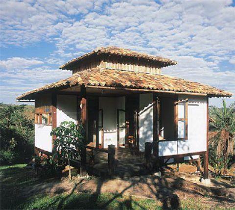 O dono desta casa, que fica em Brumadinho, MG, é arquiteto. Paulo Hermínio Guimarães treinou a mão-de-obra, acompanhou a construção de perto, moldou tijolos de barro e reciclou materiais. Chegou a abrir uma estrada de acesso ao terreno.