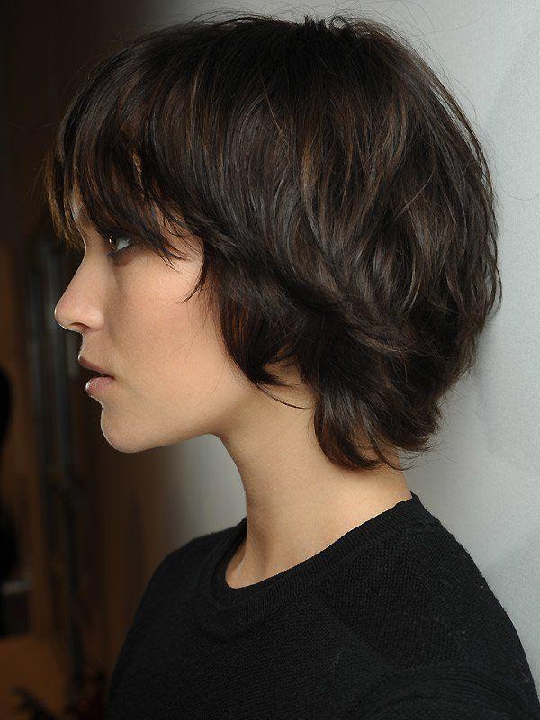 Wer dicke Haare hat, kann sich ohne Probleme auch für einen Kurzhaarschnitt entscheiden. Bei der Kurzhaarfrisur, die wir hier an einem Model bei der Burberry Prorsum-Show sehen, wurde die Nackenpartie etwas ausgedünnt. Der Hinterkopf wurde wie der Rest des Haares durchgestuft. Die Seitenpartien