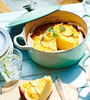 「[ル・クルーゼ公式] レモンケーキ」レモンの香りとさわやかな酸味が利いた、夏にぴったりの焼き菓子です。鋳物ホーロー鍋は熱周りが良く、オーブン料理も使えるのでケーキ作りにも活躍します。【楽天レシピ】