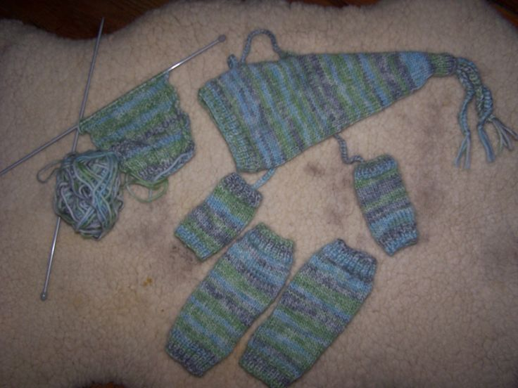 ensemble tricot: jambières (droites et assemblées en rond par la suite), mitaines pas de doigts et bonnet de lutin