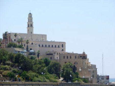 Vista de la Iglesia de San Pedro desde las playas de Tel Aviv