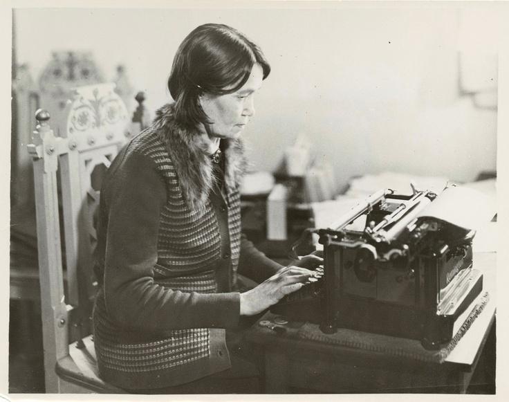 Konekirjoittaja Josefina Holm kirjoituskoneineen SKS:n kirjastossa 16.3.1931. Kuva: Neittamo-Pietinen (SKS, kirjallisuusarkisto).