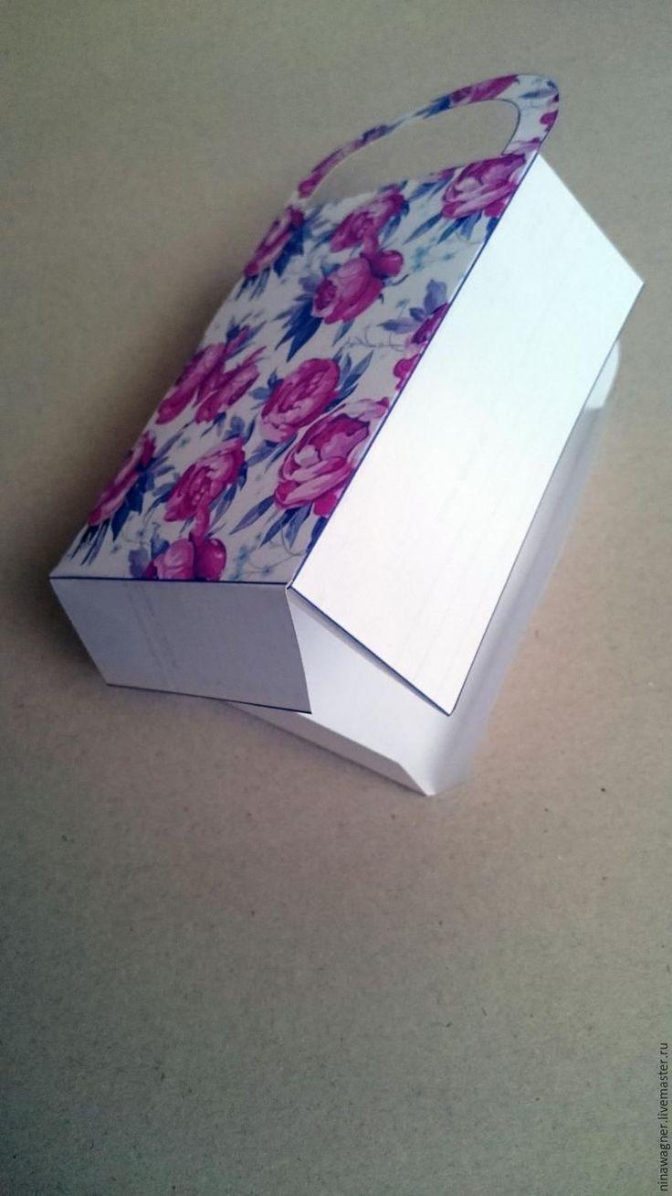 Дарить подарки всегда приятно. А в красивой упаковке — приятно вдвойне. Как вам, так и тому, кому этот подарок предназначен. В своем маленьком мастер-классе хочу поделиться с вами созданием ярких подарочных сумочек. Размер у сумочки 15*8см. А самое приятное, что у неё есть ручка. Это красиво и самое главное — удобно :) Для создания подарочных сумочек нам понадобится: - бумага формата…