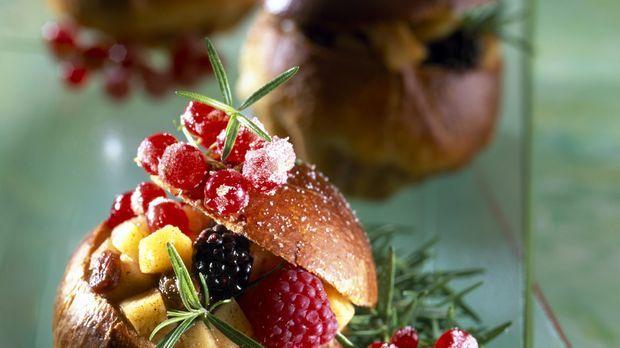 Fluffig, buttrig und herrlich französisch: Brioche haben sich längst zum Frühstücks-Klassiker gemausert. Perfektes Topping für die französische Spezialität: Gemischte Beeren!