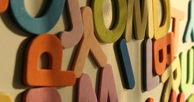Maneiras de desembaralhar letras para criar palavras. Um dos jogos que nos ensinam quando crianças é o de formar palavras. Os professores nos dão um conjunto de letras e devemos transformá-las em palavras. Às vezes, as palavras apareciam rapidamente, mas, em outras, formá-las era mais difícil. Aqui estão algumas dicas de como desembaralhar as letras e formar palavras quando o jogo estiver difícil.
