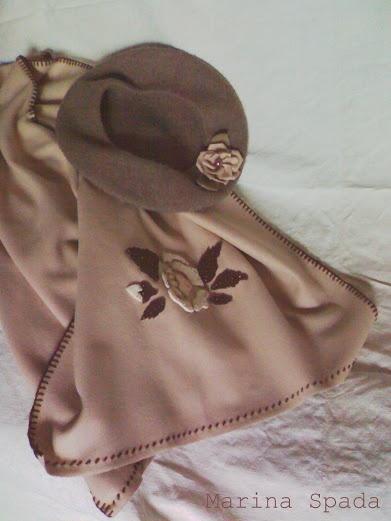 Una sciarpa con rosa