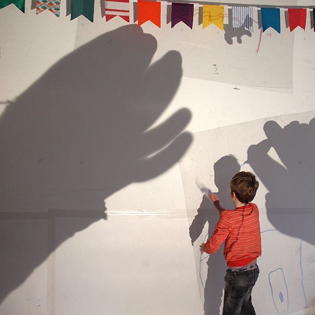 Schaduwen zijn spannend, en spannende dingen het leukst  #hoedjevandekoning #atelier #haarlem #partijtje #feestje #kleinekunstenaars #kinderkunst #kunst #schaduw #schaduwen #shadow #instakids