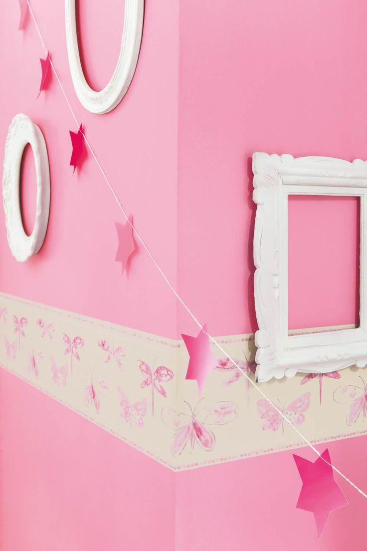 Oh la la 10 - Eine rosa Unitapete und eine Schmetterling-Borte wirken verspielt im Mädchenzimmer.