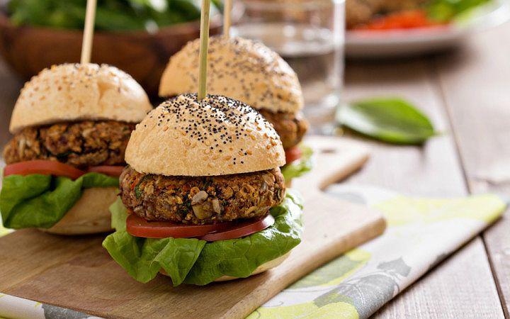 Vegan beslenme tipine özgü, lezzetten ödün verilmemiş, ağız sulandıran, sağlıklı hamburger tarifleri hazırlamak çok da zor değil.
