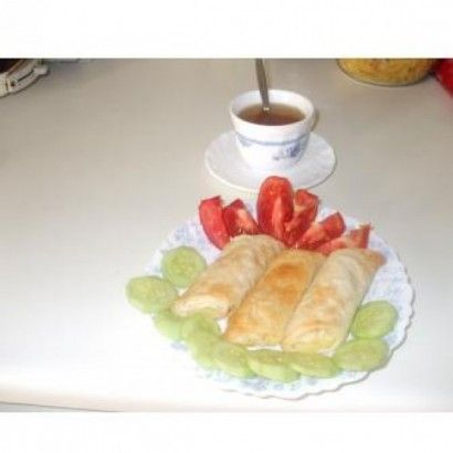 MALZEMELER: 3 yufka 1 su bardağı sıvı yağ + su ( yarıyarıya) İÇ MALZEMELER : patates püresi, peynir ya da sosis kullanabilirsiniz. YAPILIŞ...