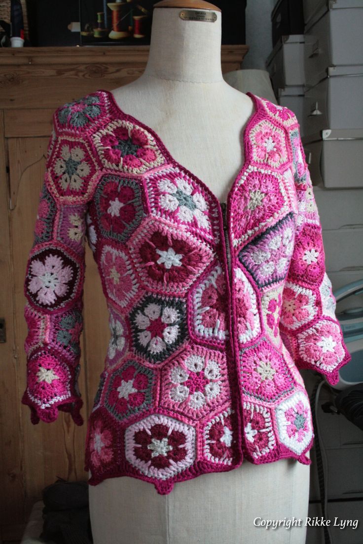 I crochet this for my self with african flower pieces. No pattern.