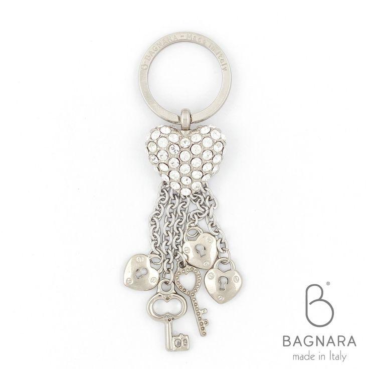 Portachiavi Cuore e Charms con SWAROVSKI ELEMENTS. Romantico ed elegante, il Portachiavi a forma di cuore è il valore aggiunto al tuo outfit!  art: 1274