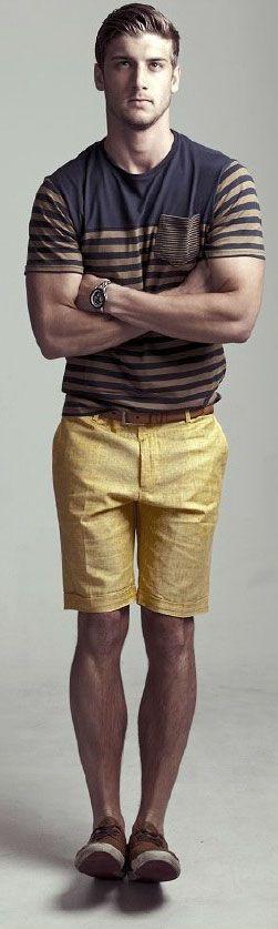 Bermuda jaune, ceinture marron, tee-shirt col rond rayé, Natural Stripes //