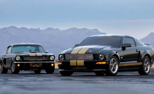2006 Ford Shelby GT-H Bu özel sürüm 2006 Shelby GT-H siyah boya ve altın çizgileri ile aradaki 40 yıla aldırış etmeden kendi güzelliklerini ortaya koydukları ve firmanın tarihini en güzel anlatan kare.