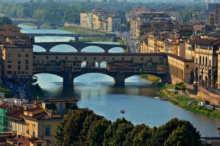 Die weltberühmte und älteste Brücke der Stadt Florenz - die Ponte Vecchio. Die Brücke verband in früheren Zeiten die armen Viertel mit den sehr reichen Vierteln....….weiter unter: www.welt-sehenerleben.de #Florenz #Toskana #Italien # PonteVecchio