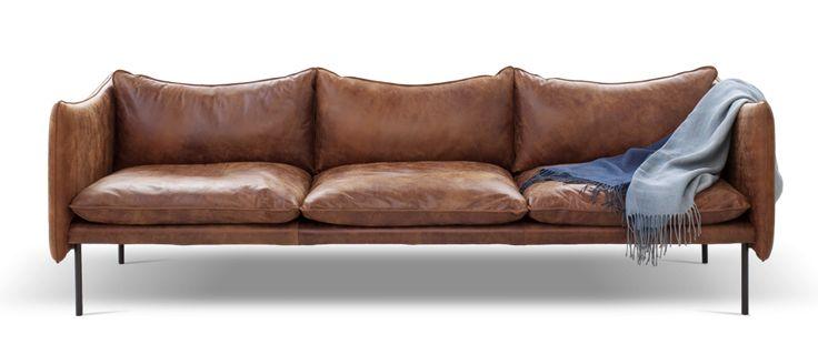 Soffserien 'Tiki' av Andreas Engesvik för Fogia lanserades 2014, då enbart som 3-sitssoffa. Året efter följde succén upp med en 2-sitssoffa samt en fåtölj i samma vackra design. Tiki har väldigt fina linjer som ger ett lätt och stilrent intryck. Finns i flera olika tyger och ben i ljus- eller mörkgrått. Benen går även att få i önskad RAL-färg mot ett tillägg (väljs när du lägger din soffa i varukorgen). Vid beställning så väljer du önskad tyggrupp eller läderkvalitetsom du önskar. Vi…