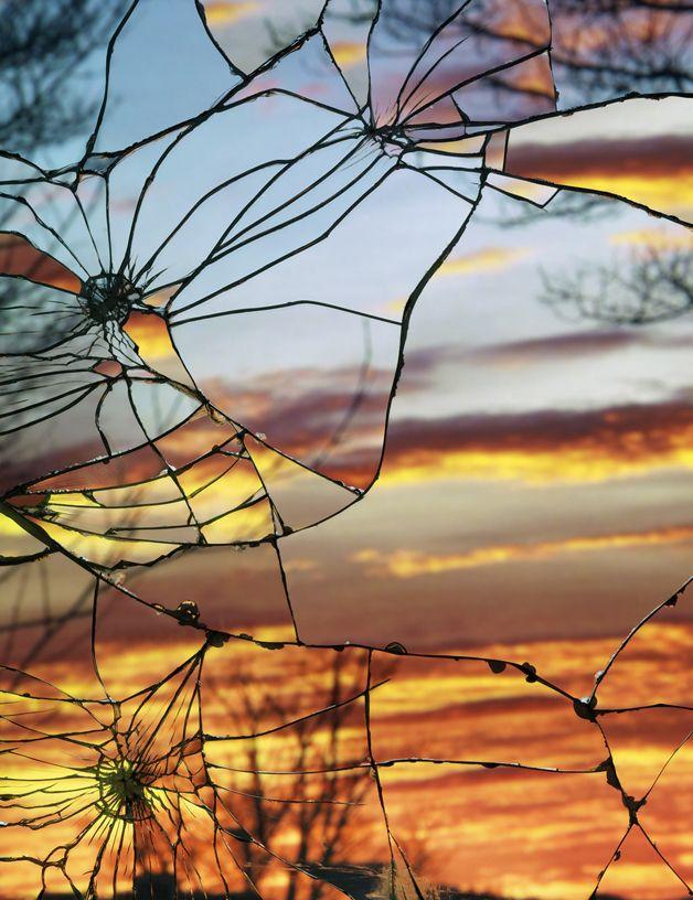 Sol é fotografado em espelhos quebrados