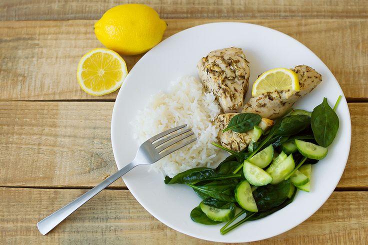 Kyckling + citron = sant. Här är veckans middagstips på citronkyckling i ugn! För fyra portioner behöver du: 4 kycklingfiléer2 citroner3 msk rosmarin2 msk timjan3 msk olivoljaCreme fraichesaltpepparjasminris enligt anvisningar på förpackningen