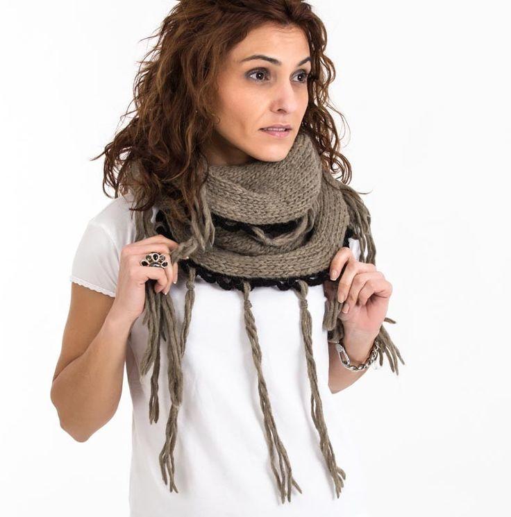 Bufanda elaborada artesanalmente con lana de alpaca, tejido en dos agujas en punto liso y cerrado de forma tubular, con remate de puntilla de lana negra y flecos