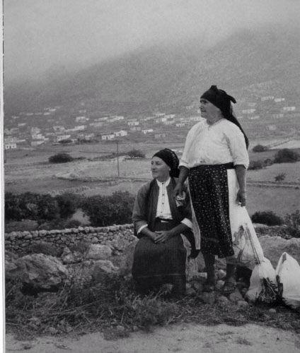 Greek women. Strength and love. Λεύκωμα: ΤΑ ΝΗΣΙΑ. ΚΩΣΤΑΣ ΜΠΑΛΑΦΑΣ