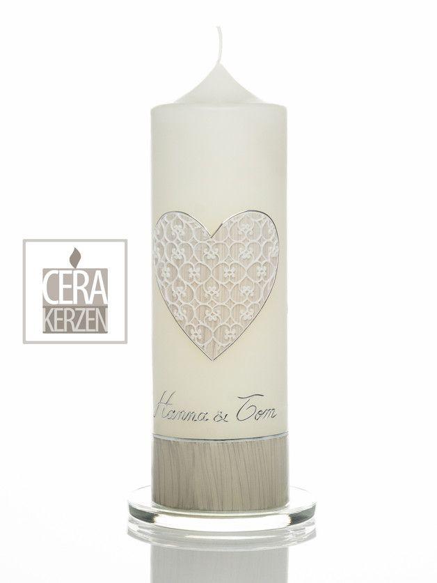 Hochzeitskerze mit Herz in grau mit einzigartige weiße Spitze aus Wachs. Sockel grau.