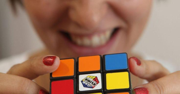 Cómo resolver un cubo Rubik paso a paso (para niños). El cubo Rubik estándar (de 3 por 3) es uno de los juguetes rompecabezas más conocidos en el mundo. El objetivo es reorganizar las piezas hasta que coincidan los colores en los seis lados. Resolver un cubo de Rubik no es una tarea sencilla, especialmente para los niños más pequeños. Conocer el orden en el cual disponer los lados, así como algunos ...