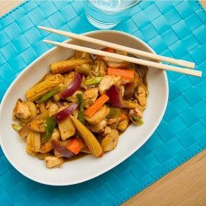 Kylling chop suey er en enkel wok av knasende grønnsaker og som er ferdig på under halvtimen. Jeg laget denne woken av kylling, men det er ikke noe i veien å erstatte kyllingen med eksempelvis strimlet svinekjøtt.